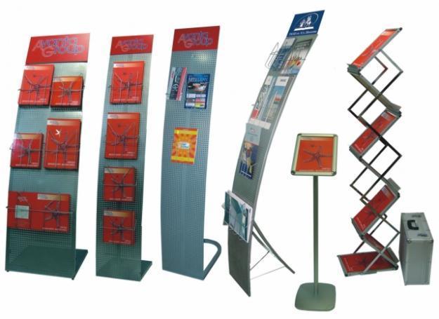 Размешение буклетов и визиток на рекламных буклетницах